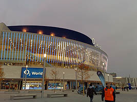 Fassade der O2 World Berlin mit LED-Illumination